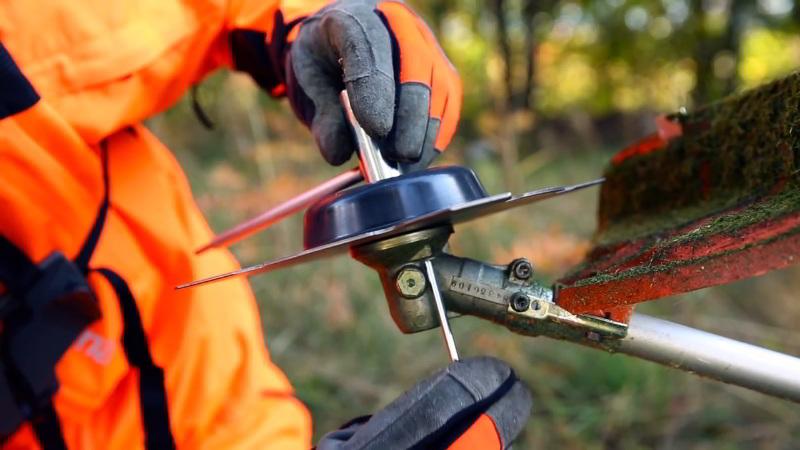 Como mudar o equipamento de corte de uma roçadora Husqvarna: a lâmina para erva