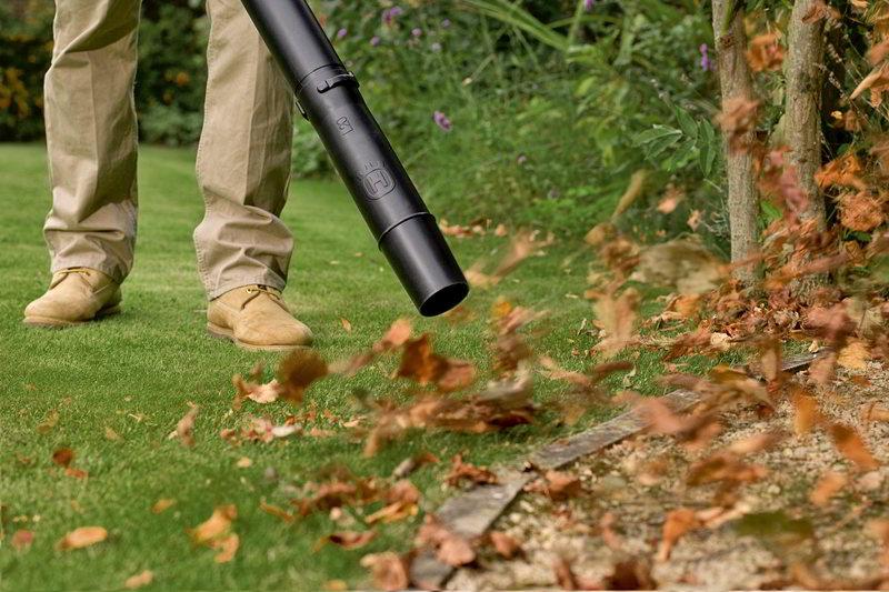 Soprador de folhas em ação
